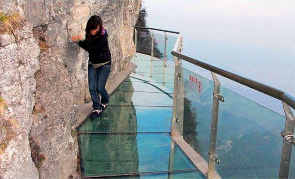 """Где туристы могут увидеть """"трескающийся"""" мост из стекла"""